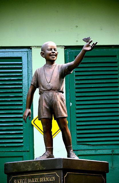 2.1381445110.the-controversial-obama-statue