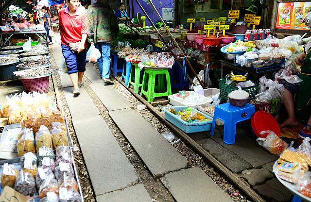 3.1385343574.the-maeklong-market