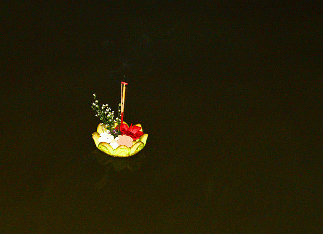 3.1385378661.krathong-floating-down-the-river