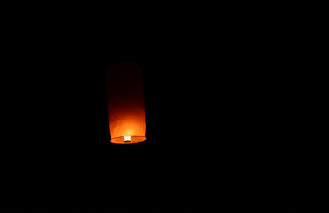 3.1385378661.lantern-floating-in-the-night-sky