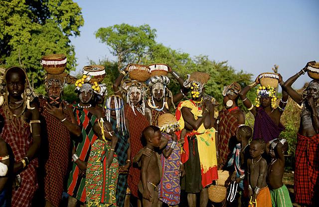 5.1386115200.mursi-women-and-children